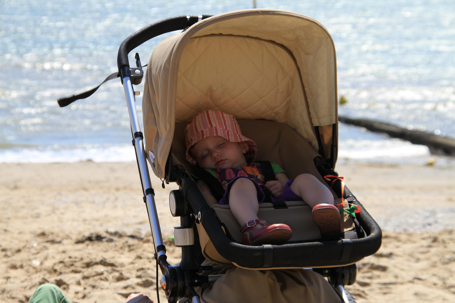 Spacerując z dzieckiem, zawsze zapinaj pasy bezpieczeństwa w wózku dziecięcym