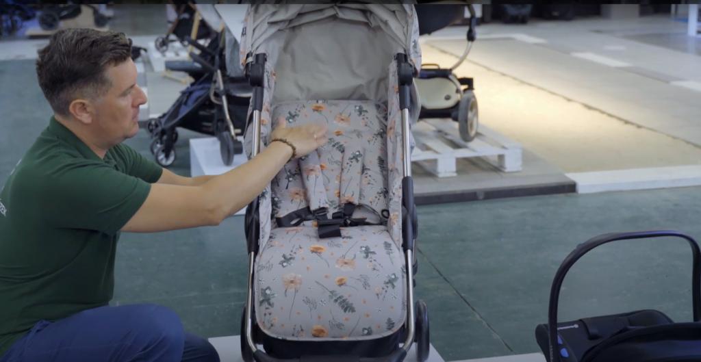 Oparcie siedziska spacerowego w wózku Elodie Details możesz rozłożyć do pozycji leżącej.